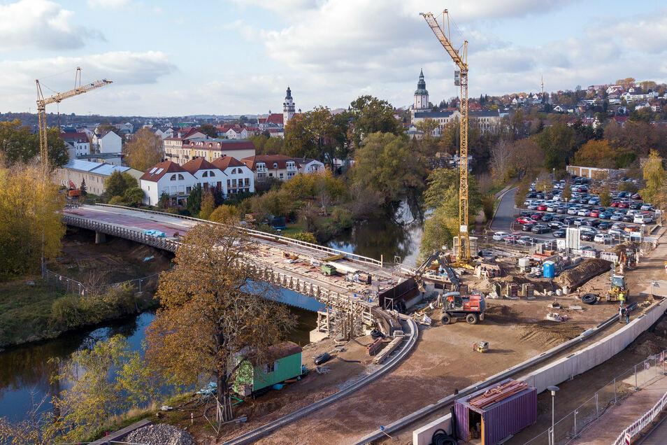 Ein Luftbild der Brückenbaustelle von Anfang November. Mittlerweile ist die östliche Brückenrampe schon asphaltiert. Der Rest der Fahrbahn folgt am Dienstag.