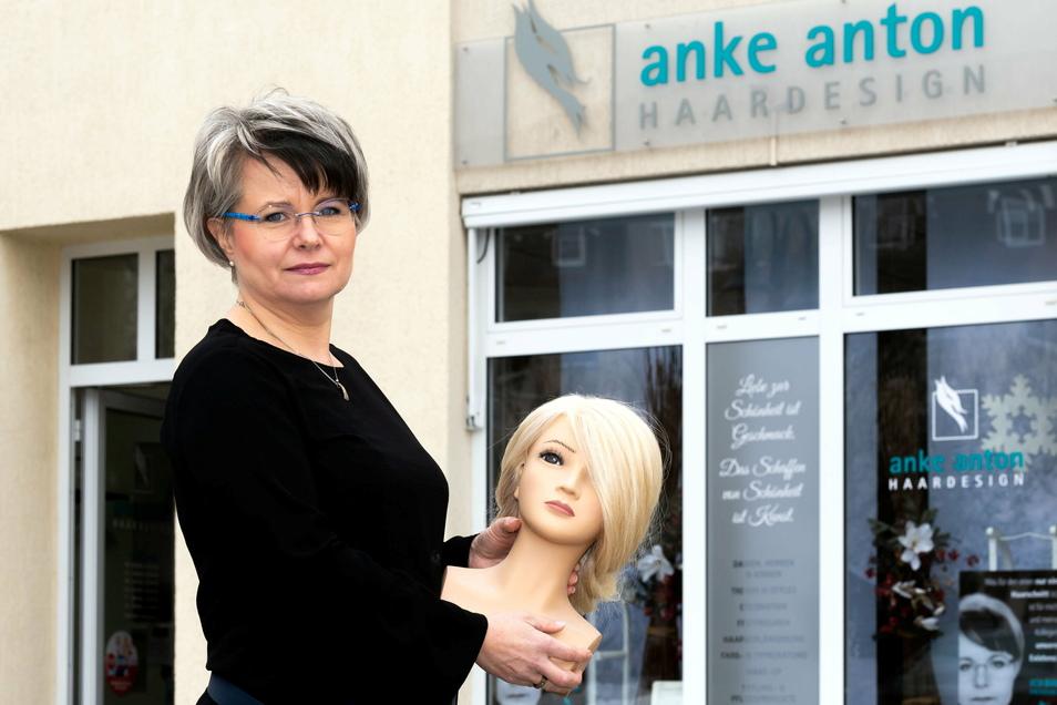 """Würde lieber so schnell wie möglich wieder im Salon """"richtige"""" Köpfe frisieren als mit dem Modell davor stehen: Anke Anton."""
