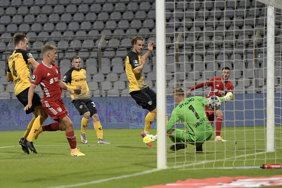 Das sieht Dynamo-Torwart Kevin Broll nicht gut aus. Leon Dajakus Schuss geht durch die Beine ins Tor.