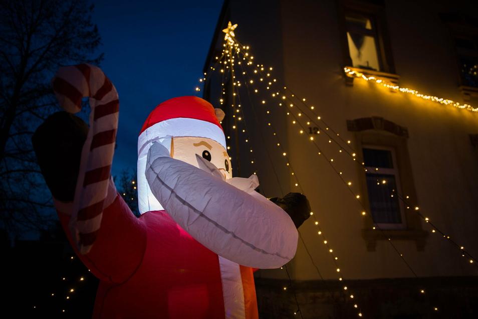 Auch der leuchtende Weihnachtsmann verschwindet vorerst im Dunkeln.