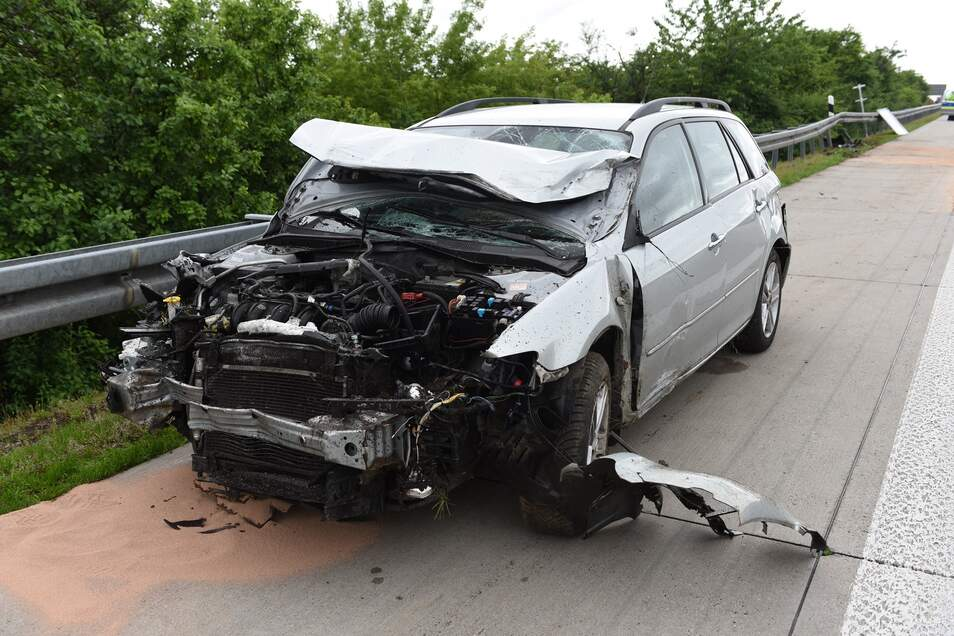Am Fahrzeug der Niederländerin entstand Totalschaden. Es musste abgeschleppt werden. Die Polizei ermittelt nun wegen Unfallflucht.