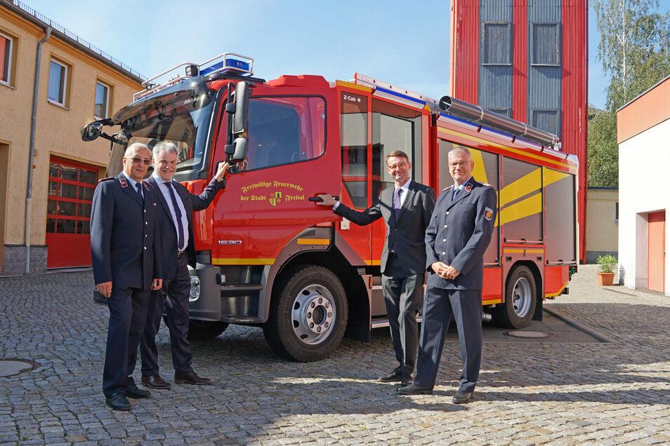 Ralf Lippert und Sven Heisig (links und rechts) von der Wehrleitung der Stadt Freital übernehmen von Sachsens Innenminister Roland Wöller (2.re.) und Oberbürgermeister Uwe Rumberg das neue Auto.
