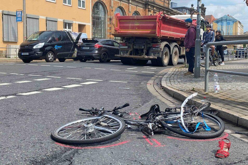 Zu einem schweren Verkehrsunfall kam es am Freitagnachmittag an der Kreuzung Schweriner Straße/Weißeritzstraße in Dresden.