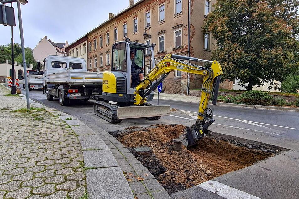 Auf der unteren Härtelstraße lässt die Veolia Wasser ein defektes T-Stück in der Leitung ersetzen. Dort war immer wieder ein Schlagloch entstanden.