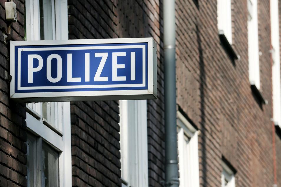 Die Polizei sucht nach einem etwa 35-Jährigen, der eine junge Frau verletzt haben soll.
