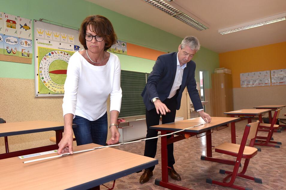 Auf den richtigen Abstand kommt es an: An der Grundschule Am Löbauer Berg kontrollieren das Schulleiterin Ortrun Kurth und Jens Drummer vom Landesamt für Schule und Bildung.