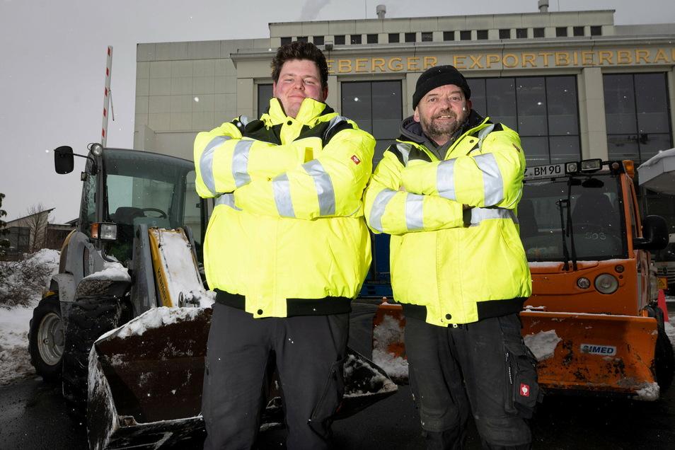 Florian Müller (li.), Inhaber der Firma Baugeschäft Müller, und sein Mitarbeiter Heiko Tuma haben Lkw-Fahrern in Radeberg geholfen.
