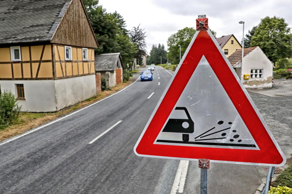 Die Staatsstraße 129 durch Kemnitz war in der Junihitze punktuell so weich geworden, dass gesplittet werden musste.
