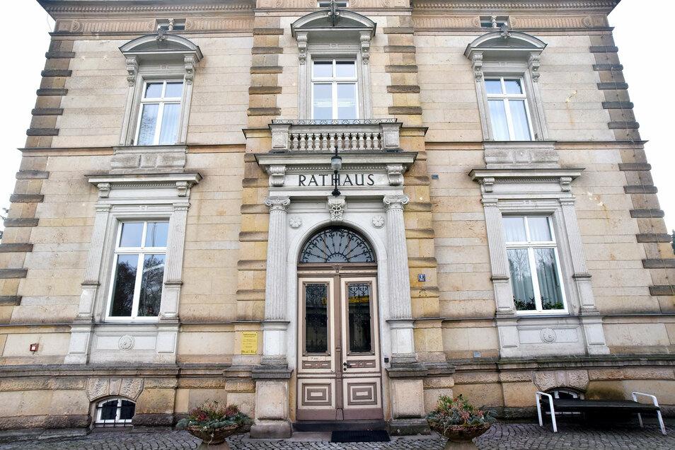 Das Rathaus und weitere Einrichtungen in Ebersbach-Neugersdorf sind vorerst eine Woche zu. Auch Löbau schließt Einrichtungen.