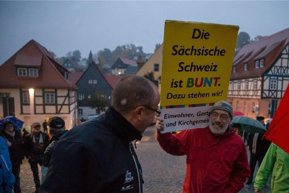 Mitglieder der AG Asyl Hohnstein zeigten am Rand der Veranstaltung ihre Solidarität mit Asylbewerbern.