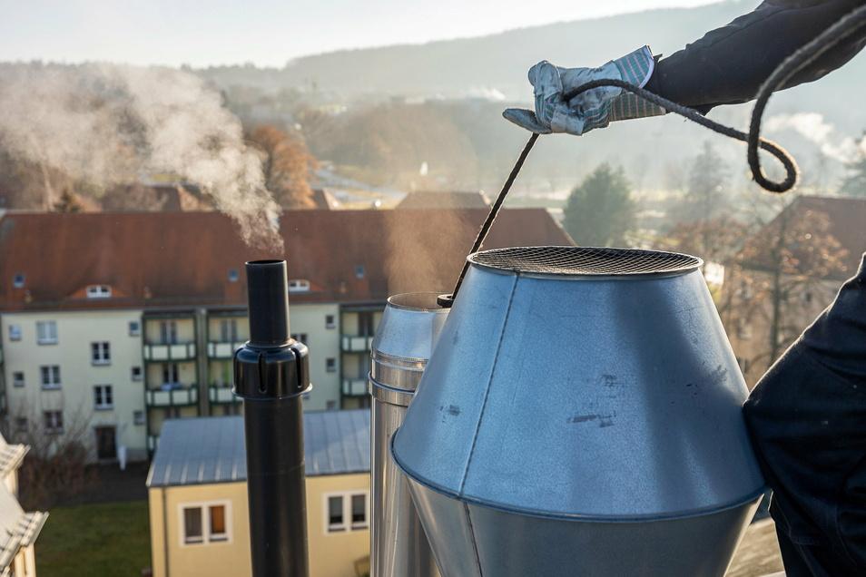 Wo feste Brennstoffe wie Holz verheizt werden, muss der Schornsteinfeger zweimal im Jahr kehren kommen.