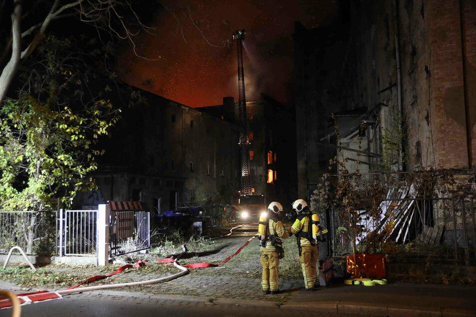 Die frühere Malzfabrik im Dresdner Osten steht seit Anfang der 1990er Jahre leer. Am Donnerstagmorgen brach dort aus bisher unbekannter Ursache ein Brand aus.