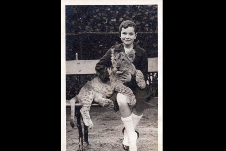Ursula Totschek im Berliner Zoo - mit Löwenbaby.