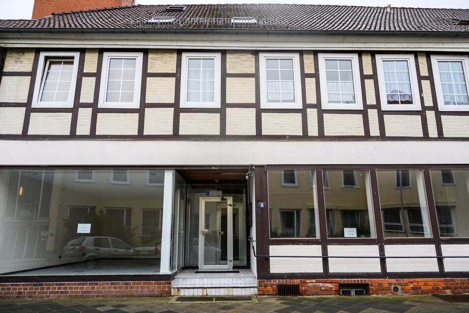 Neben den drei Toten in Passau wurden in einer Wohnung in Wittingen zwei weitere Leichen gefunden. Die Polizei geht davon aus, dass sich die 19 und 35 Jahre alten Frauenselbst vergiftet haben.