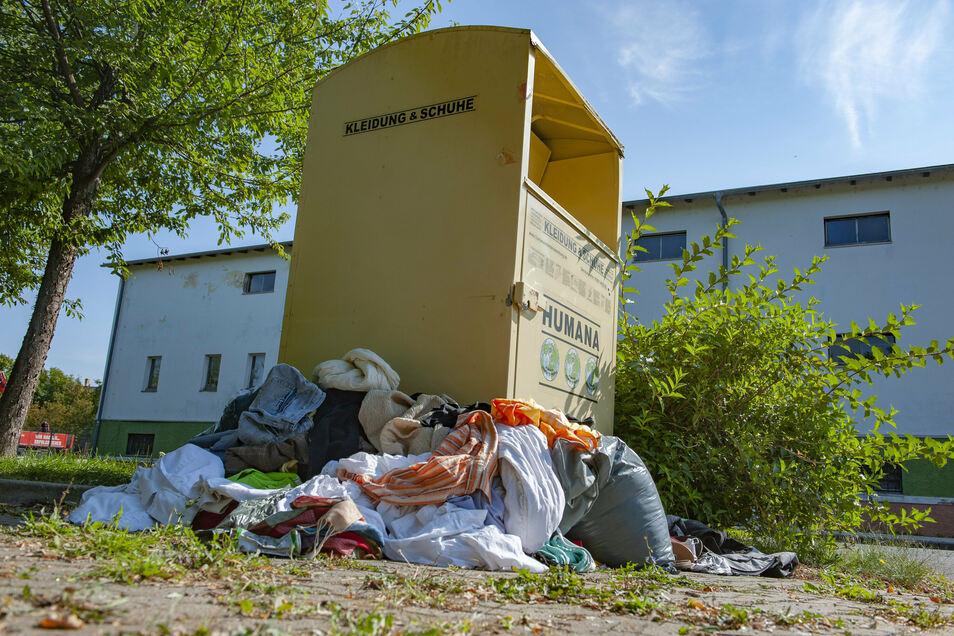 Nach wie vor Kleiderspenden entgegen nimmt die Humana GmbH aus Hoppegarten. Aufgrund des größeren Aufkommens präsentiert sich der Container auf der Großenhainer Auenstraße zugemüllt.