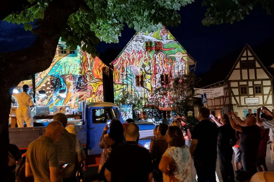 Beleuchtete Häuser auf dem Anger in Kötzschenbroda, eine Besonderheit der Kultour-Aktion.