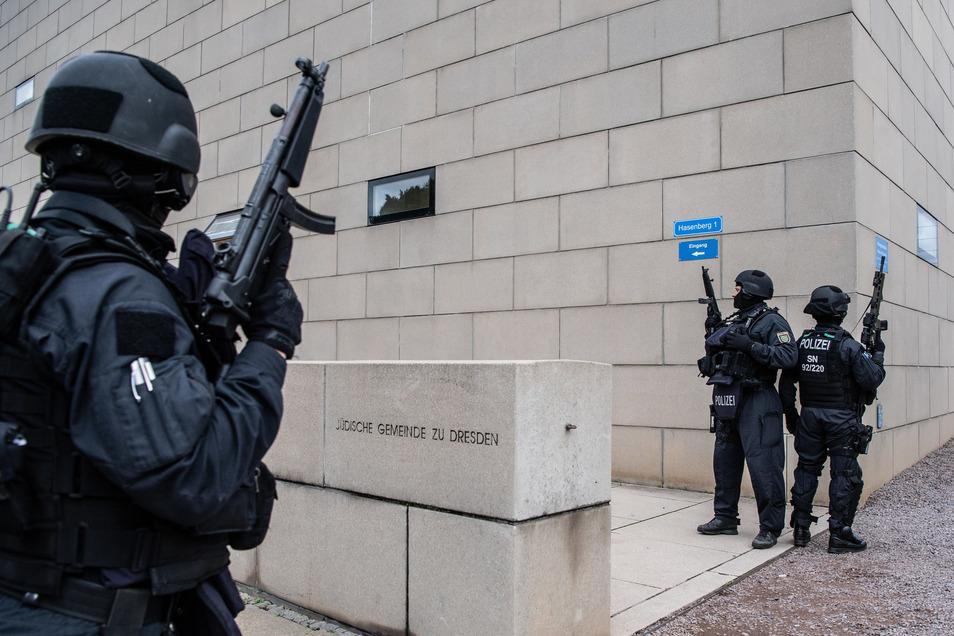 Nach dem Anschlag auf die Synagoge in Halle wurde auch die Dresdner Synagoge von bewaffneten Polizisten beschützt.