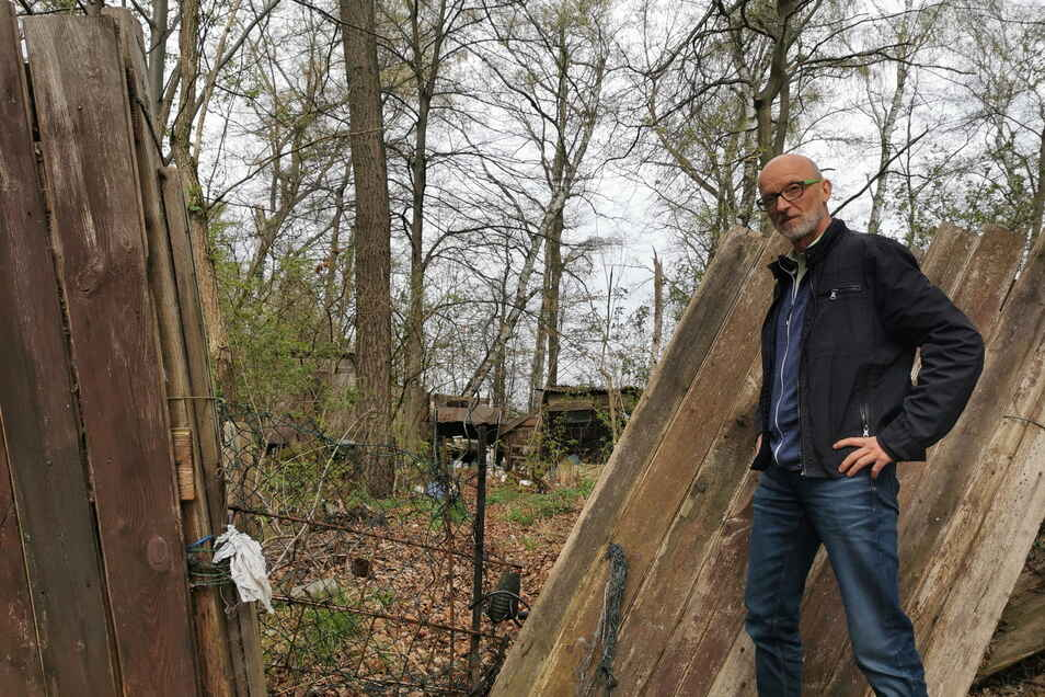 """Uwe Mittrach entdeckte bei einem Spaziergang mit seinem Enkel diese wild bebaute """"Müllecke"""" in einem Waldstückchen von Kamenz-Bernbruch. Er fragt: Ist so etwas eigentlich erlaubt?"""