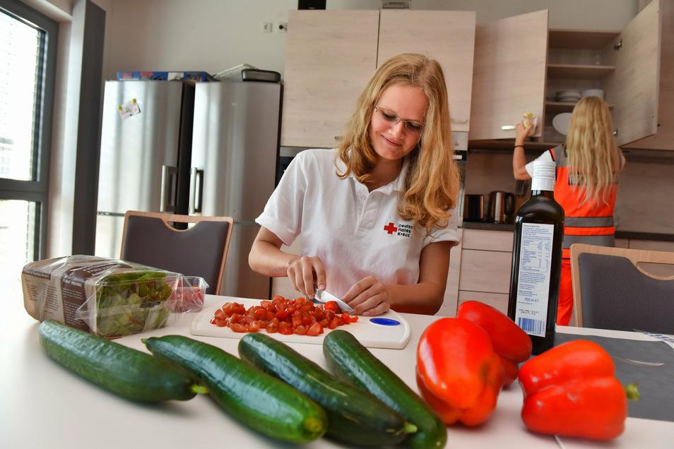 In der neuen Küche: Die Notfallretter bekochen sich jeden Tag selbst. Hier schnippelt Azubi Lina Döring die Tomaten für den Salat.