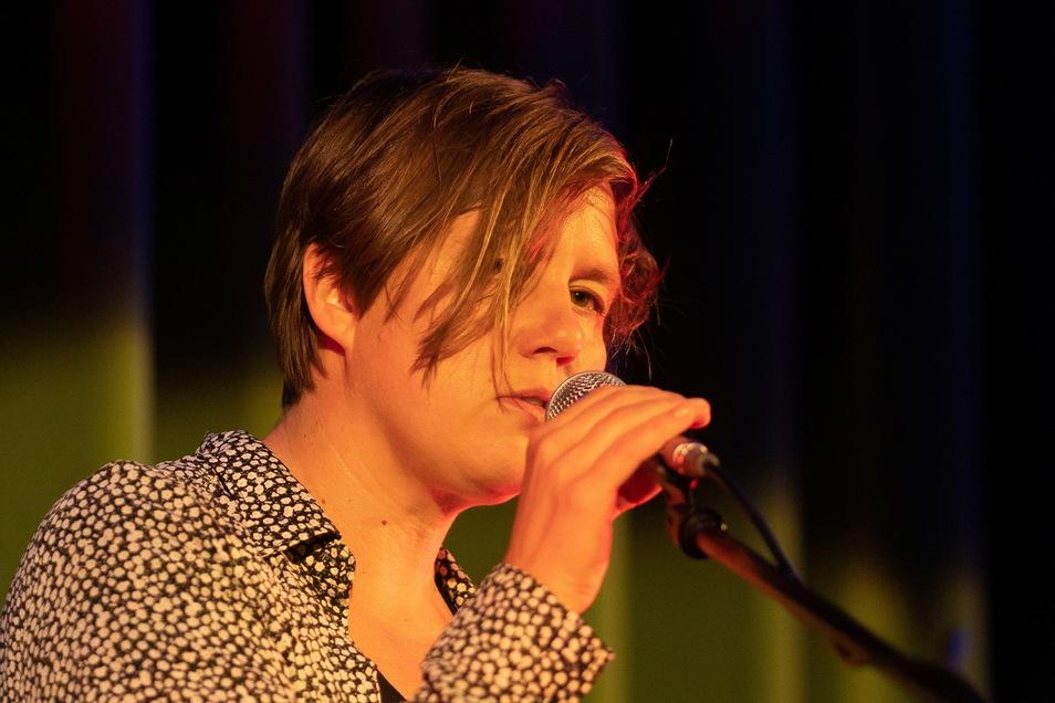 Die Berliner Sängerin Masha Qrella präsentierte in der Dresdner Schauburg Songs, für die sie Texte von Thomas Brasch vertont hatte. Poesie trifft so filigranen Elektro- und Indie-Pop.