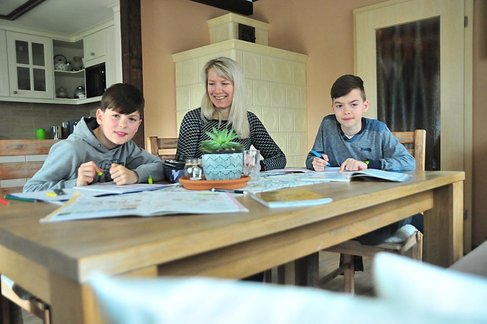 Auch für Familie Schopies aus Priestewitz ist es eine besondere Zeit. Mama Yvonne mit ihren Söhnen Cedric und Sander beim Lernen am Küchentisch.