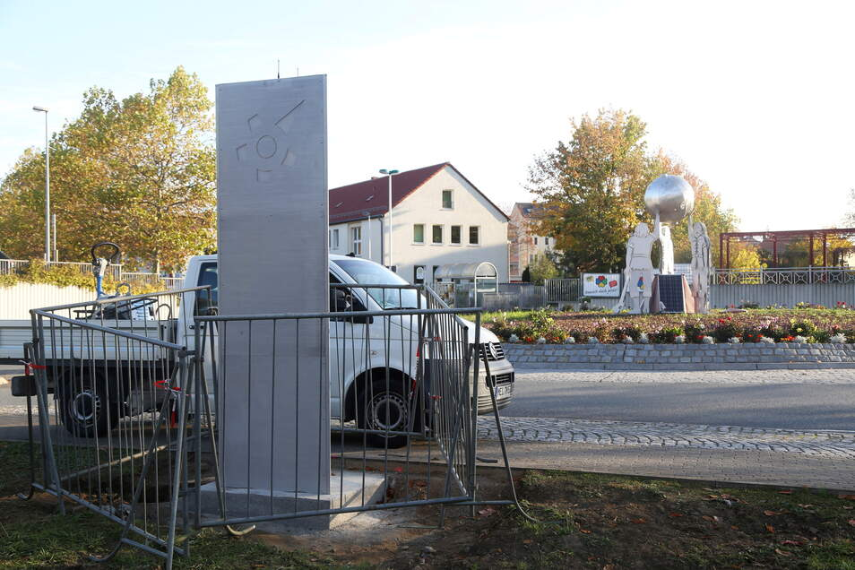 Im Oktober 2019 wurde die Stele am Fußweg neben dem Kreisverkehr installiert. Dort soll auch die Sprachausgabe installiert werden.