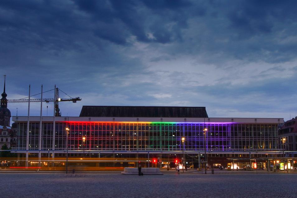 Der Kulturpalast hat am Sonnabend anlässlich des Christopher Street Days in Regenbogenfarben geleuchtet.