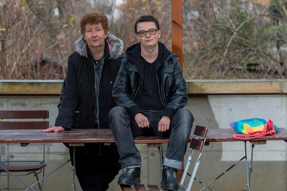 Liam S. Rogall aus Dippoldiswalde und seine Mutter Gabriele, die ihn unterstützt.