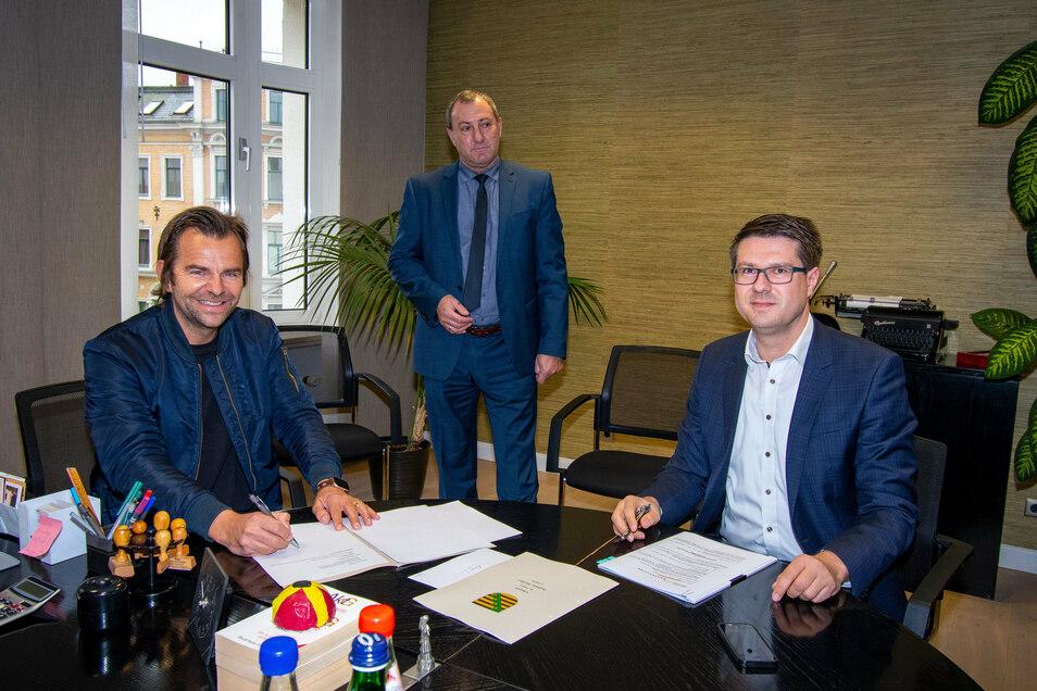 Robert Dahl (links), Geschäftsführer der Karls Touristik GmbH, und Oberbürgermeister Sven Liebhauser haben beim Notar Andreas Preißler am Freitag den Kaufvertrag für 17 Hektar Fläche an der A 14 in Döbeln Nord unterschrieben.