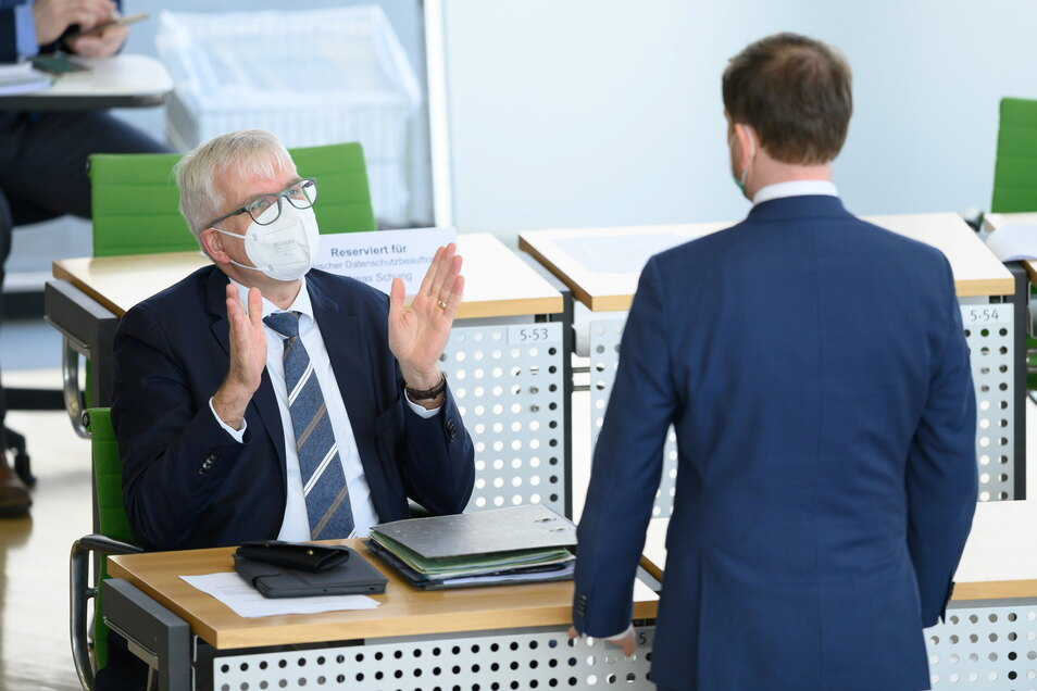 Sachsens Finanzminister Hartmut Vorjohann (l) im Gespräch mit Sachsens Ministerpräsident Michael Kretschmer (beide CDU) im Dresdner Landtag. Die CDU drängt in Bezug auf den Haushalt vor allem auf finanzielle Nachhaltigkeit.