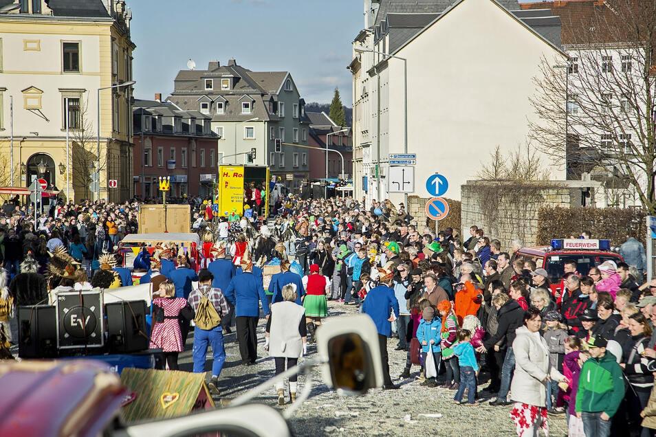 Am Sonntag gehört Freitals Hauptverkehrsstraße den Karnevalisten.