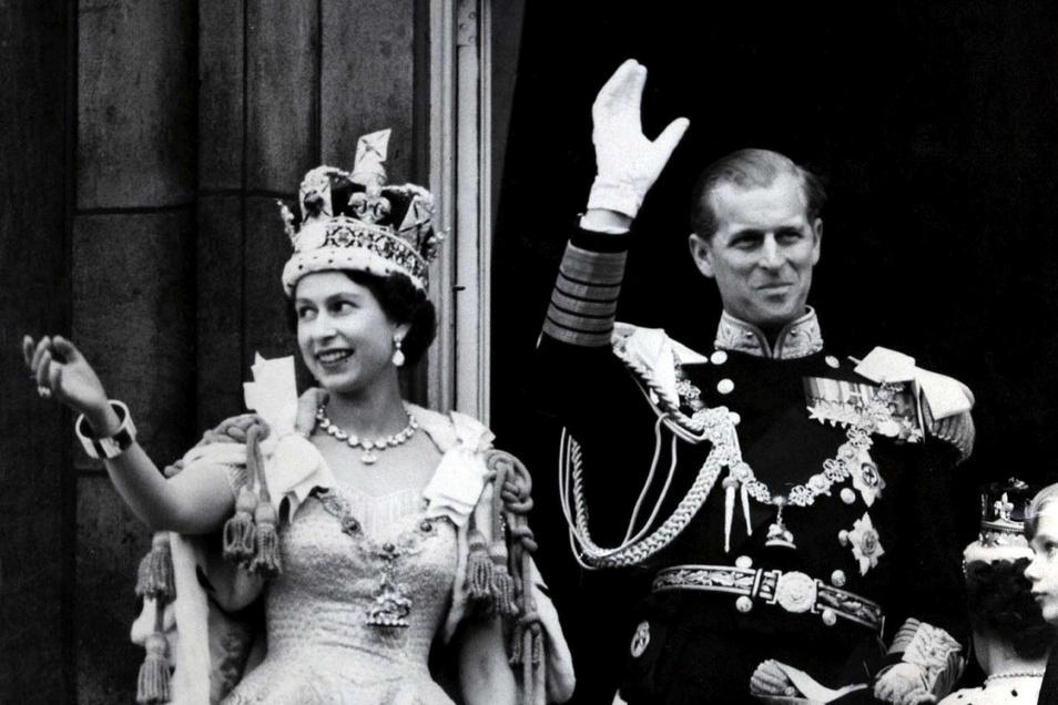 Königin Elizabeth II. von Großbritannien und ihr Mann Prinz Philip, Herzog von Edinburg nach der prunkvollen Krönungszeremonie.