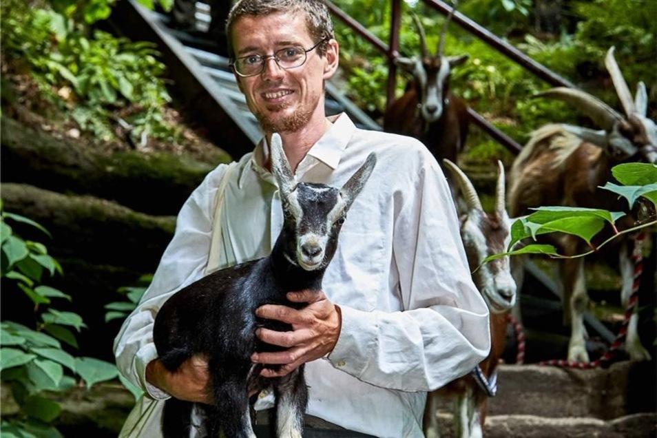 """Auf der Wanderungen gibt es viel Wissenswertes rund um die vom Aussterben bedrohten Waldziegen zu erfahren. Bild unten rechts: Ziegenhirte Patu Radfeld mit Lamm """"Blacky""""."""