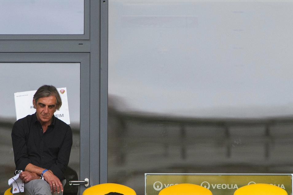 Ein stiller Abschied. Ralf Minge verfolgt auf der Tribüne sein letztes Spiel als Dynamo-Geschäftsführer. Am Dienstag endete seine Amtszeit.