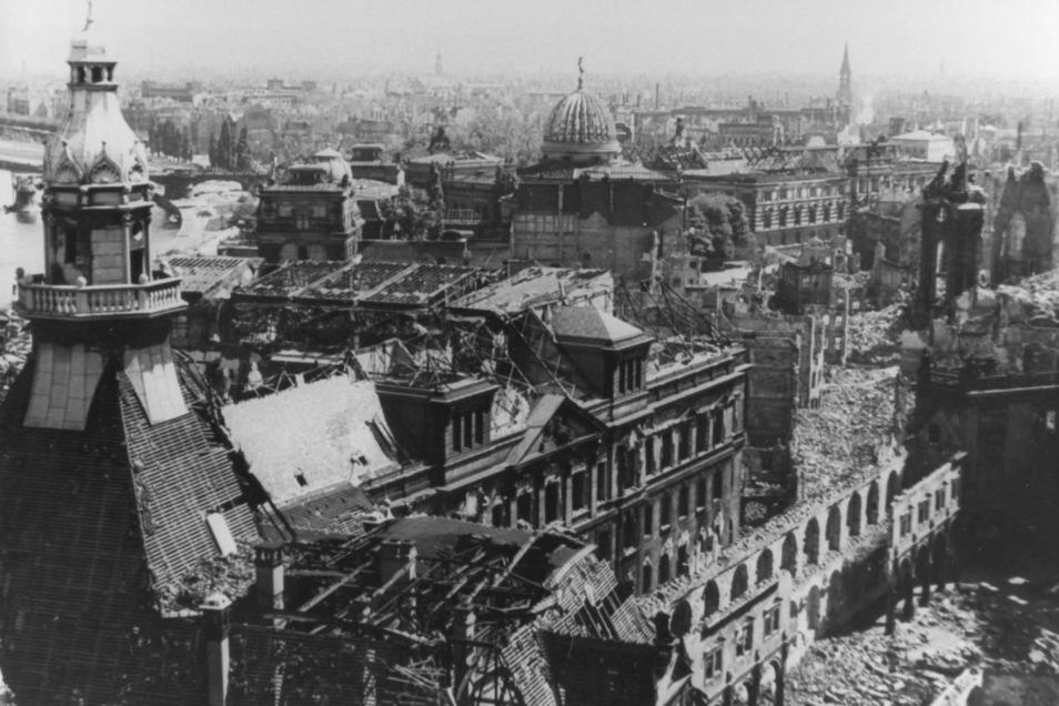 In der Nacht zum 14. Februar 1945 griffen amerikanische und britische Flugzeuge Dresden an. Bei dem Bombenangriff wurde die historische Innenstadt nahezu völlig zerstört.
