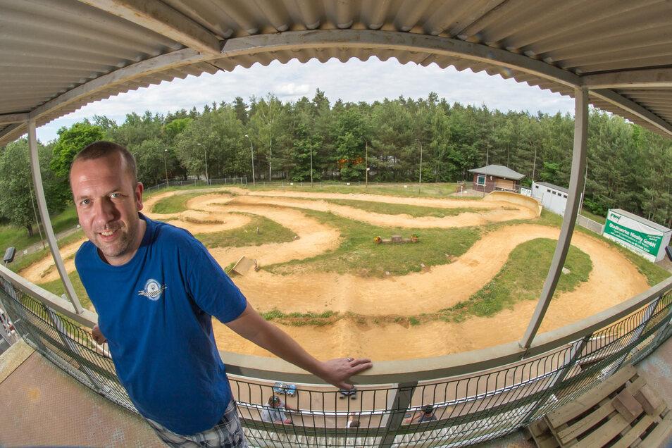 Markus Reimann ist der Vorsitzende der MSG Niesky. Er und der Verein freuen sich, dass auf der Strecke am Ziegelweg wieder Rennen gefahren werden dürfen