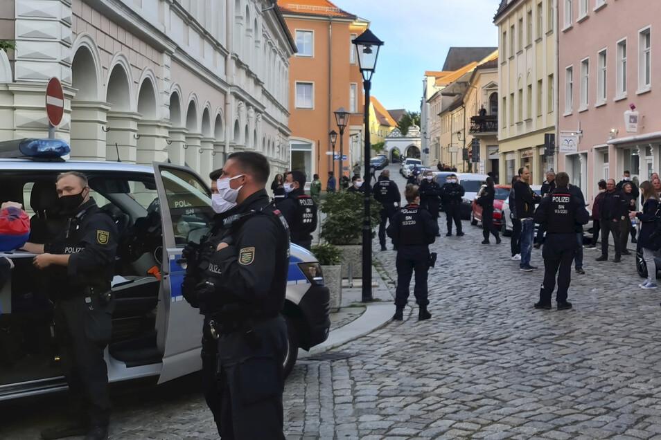 Beim Protest-Spaziergang in Kamenz gegen Corona-Auflagen war die Polizei mit einem großen Aufgebot angetreten.