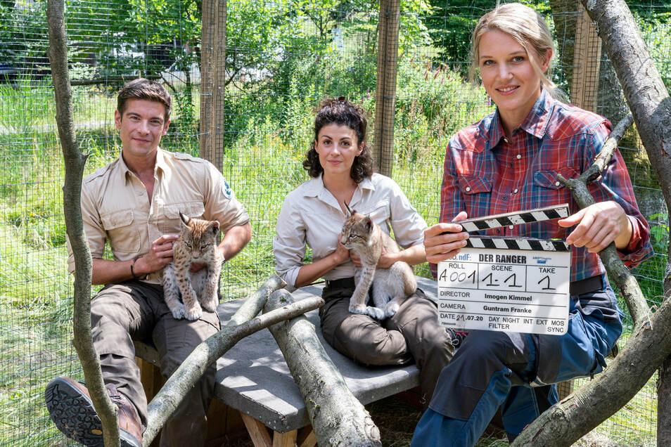 Mit Luchsbabys am Set: Schauspieler Philipp Danne alias Ranger Jonas Waldek, Liza Tzschirner und Eva-Maria Grein von Friedl (v.l.).