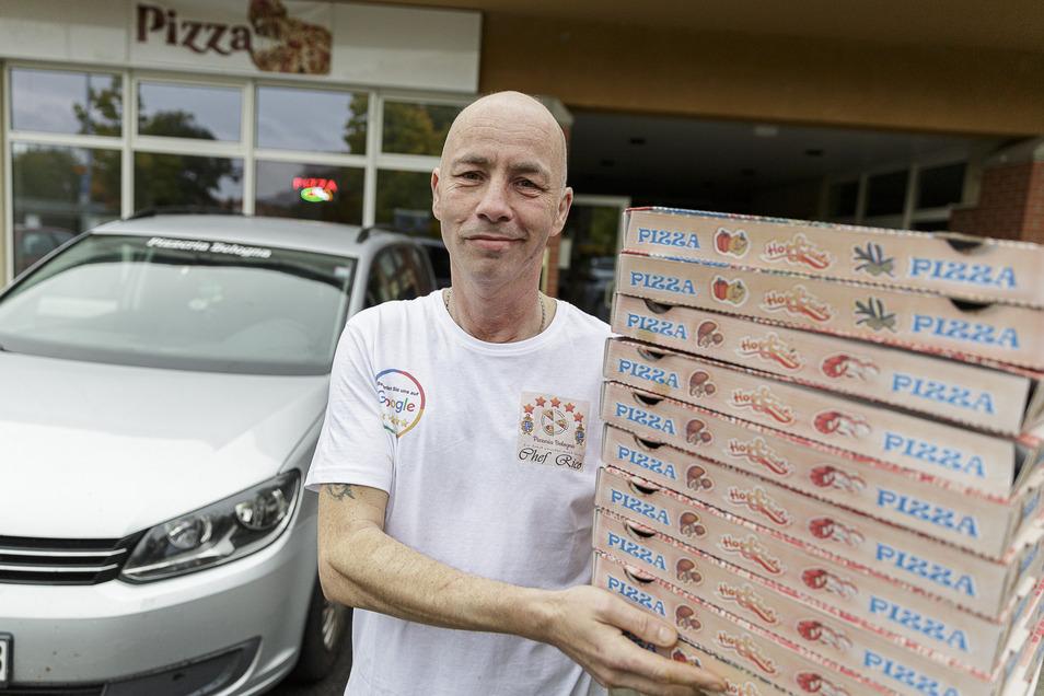 """Enrico Krause hat erst im September 2019 seine neue """"Pizzeria Bologna"""" auf der Albert-Blau-Straße in Weinhübel eröffnet. Dann kam Corona. Doch einen Lieferservice gibt's weiterhin."""