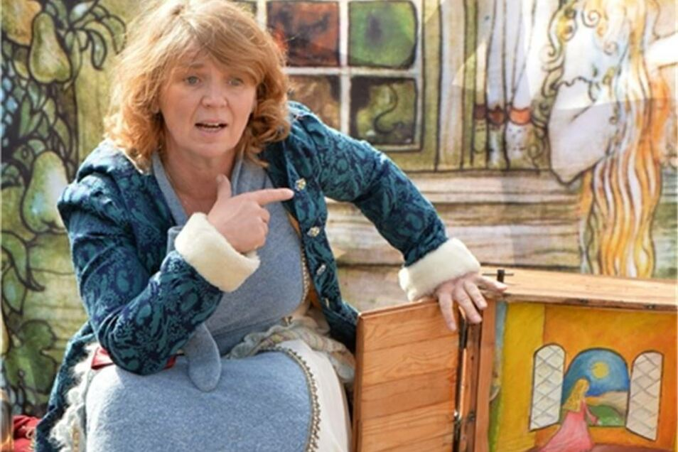 Einen Bilderkasten, sozusagen Fernsehen in alten Zeiten, zeigt Kerstin Otto als Märchenerzählerin Pirolina.
