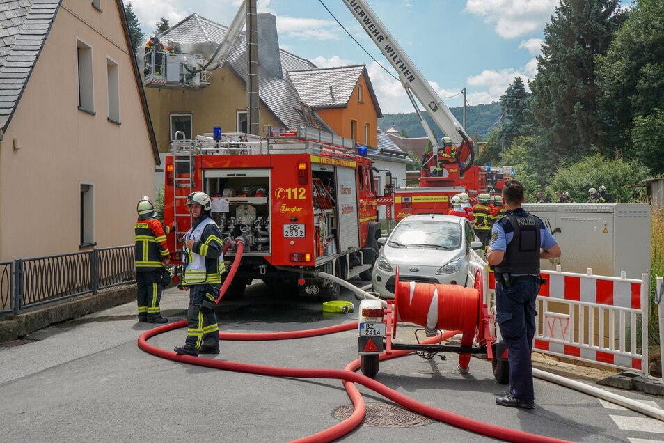 Feuerwehrleute aus sieben Orten rückten am Sonntag nach Neukirch/Lausitz aus, um einen Wohnhausbrand zu löschen.