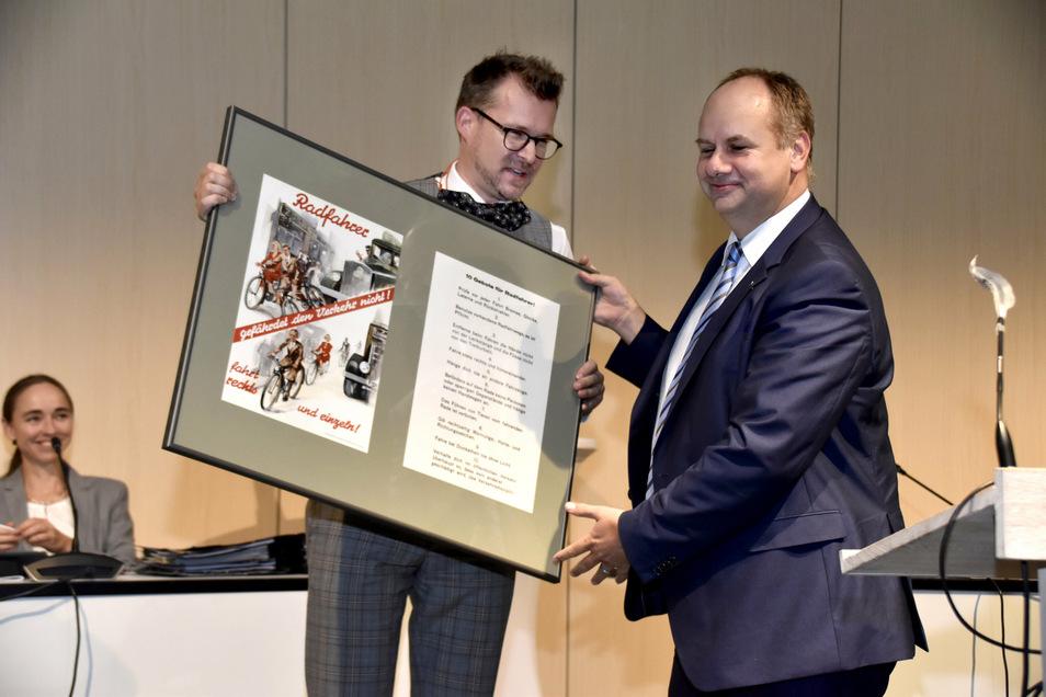 Oberbürgermeister Dirk Hilbert verabschiedet Baubürgermeister Raoul Schmidt-Lamontain.