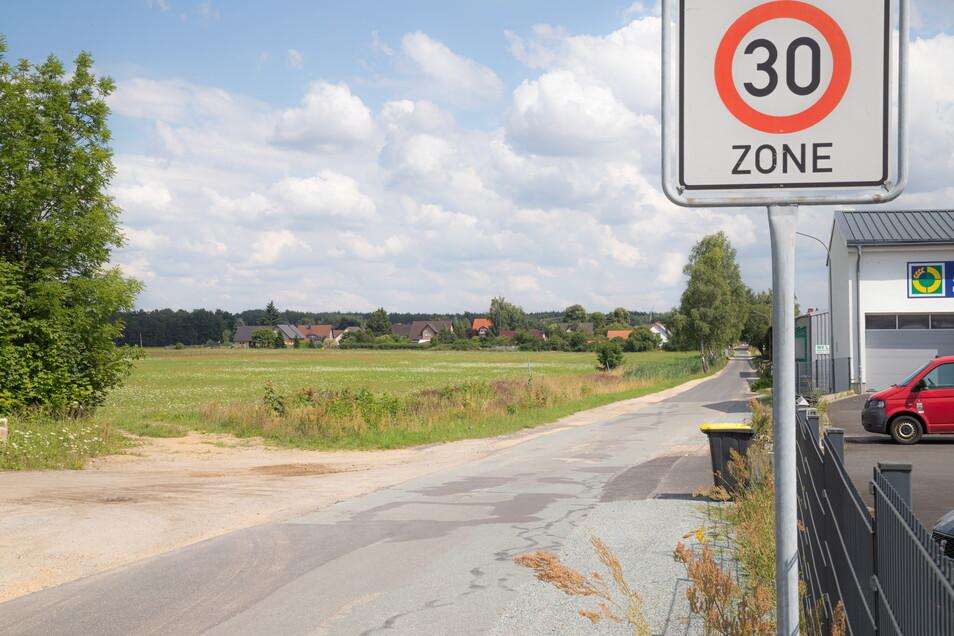 An der Cottbuser Straße soll das neue Nieskyer Gewerbegebiet entstehen. Im Hintergrund sind die ersten Häuser von Neuhof zu erkennen. Dort fürchtet man um die Ruhe des Wohngebietes - aber nicht nur wegen künftiger Ansiedlungen.