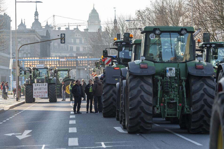 """Dresdens dritte Treckerdemo in diesem Jahr: Am Donnerstag protestierten Bauernverband und """"Land schafft Verbindung"""" gemeinsam vor dem Landtag gegen geplante Düngeverbote."""