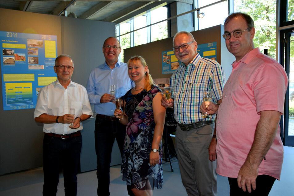 Oberbürgermeister Stefan Skora (links), Vertreter der ZCOM-Stiftung und Andrea Prittmann stoßen mit einem Glas Sekt auf die Sonderausstellung an.