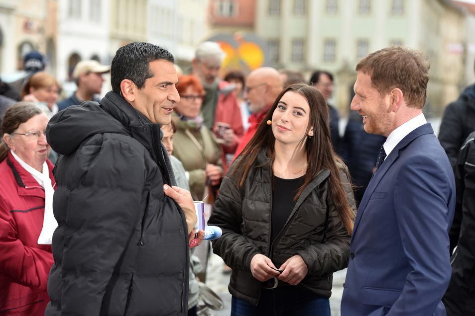 Gut gelaunte Gesprächspartner: Sachsens Ministerpräsident Michael Kretschmer (CDU) und die Zittauer Schülerin Lisa Berndt plaudern mit ZDF-Moderator Mitri Sirin.