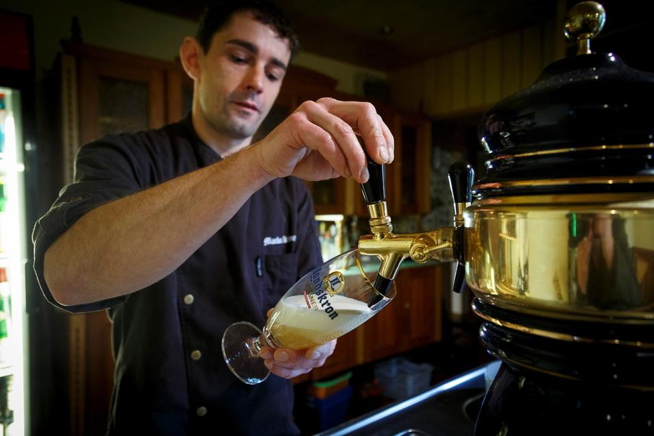 Marko Künze würde gern wieder im Berghotel Rotstein Bier zapfen. Doch das Haus ist geschlossen.