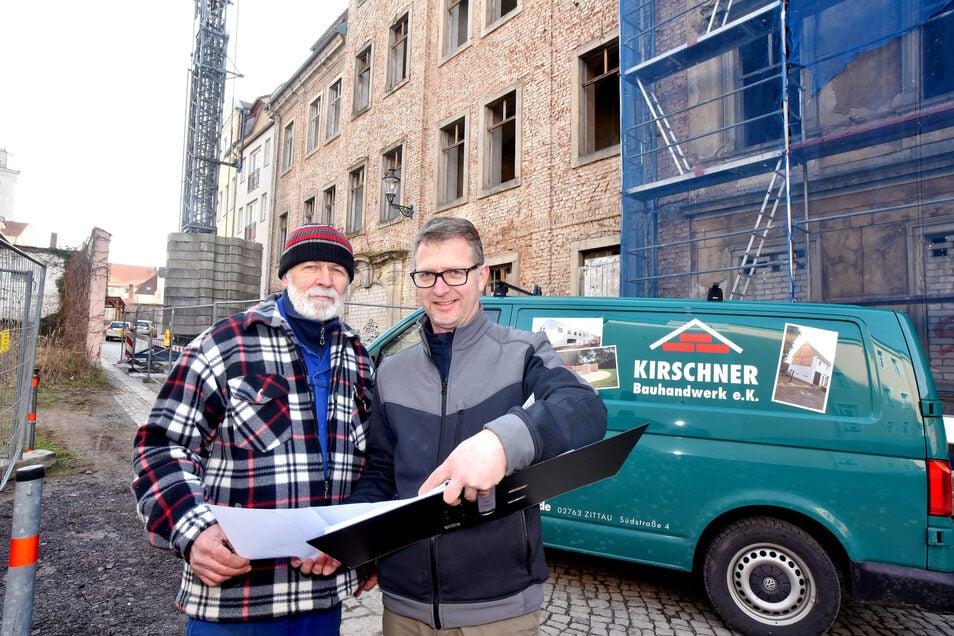 Werner (links) und Martin Kirschner vor ihrer neuen Baustelle in der Zittauer Brunnenstraße.
