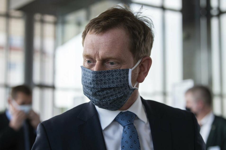 Die Corona-Neuinfektionen in Sachsen liegen weiter auf sehr hohem Niveau. Sachsen Ministerpräsident Michael Kretschmer (CDU) denkt deshalb über weitere Beschränkungen des öffentlichen Lebens nach.