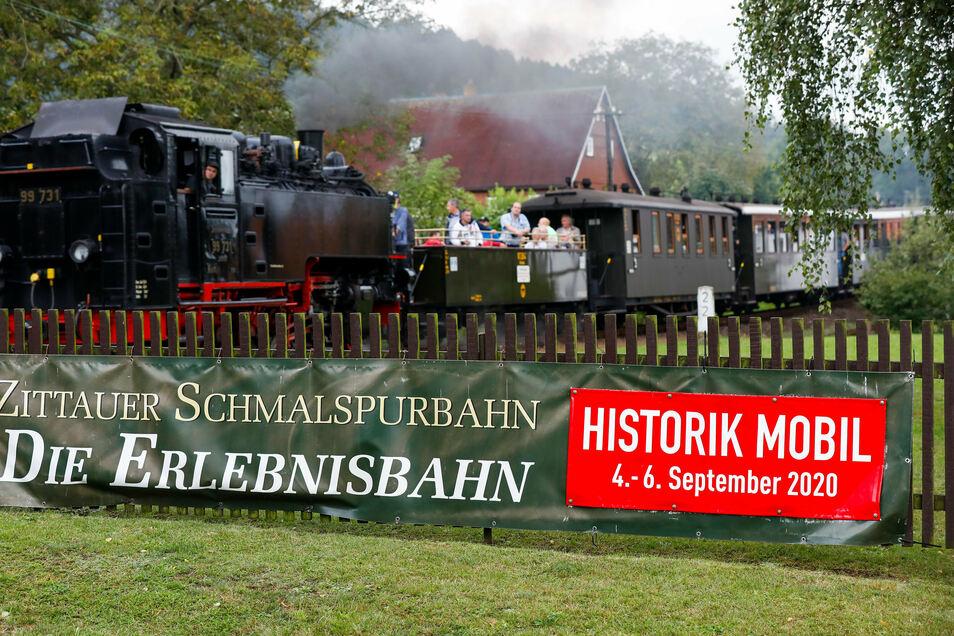 An der Jonsdorfer Haltestelle der Schmalspurbahn trafen dieses Mal historische Züge und Autos aufeinander.